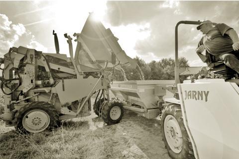 Le remplissage de la remorque du tracteur